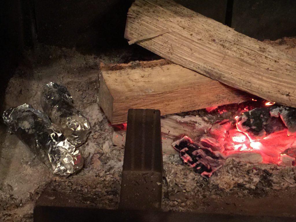 暖炉の焼き芋